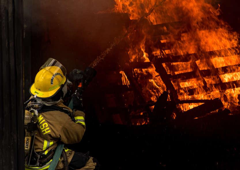 brennendes Gebäude und Feuerwehrmann